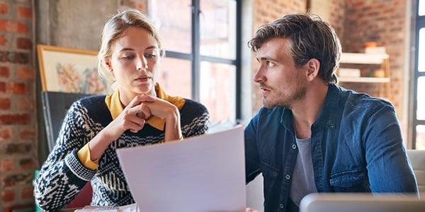 Socios de negocio revisando pago de impuestos en Operación Renta