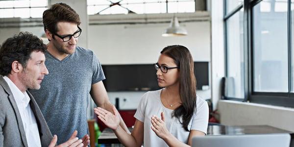 Socios de negocio conversando plan estratégico