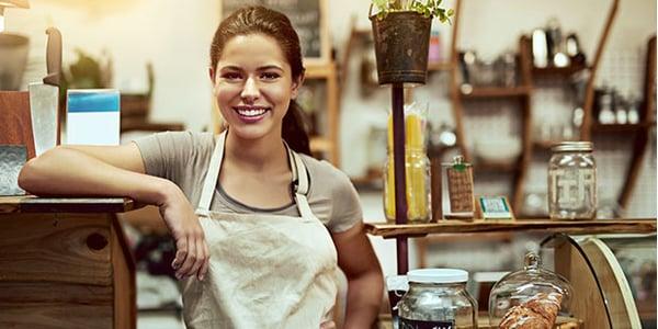Emprendedora en su emporio de dulces