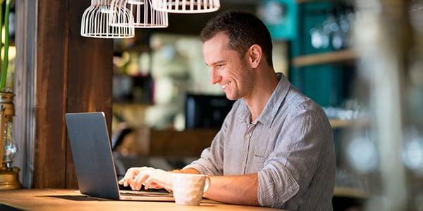 Emprendedor revisando información de su negocio